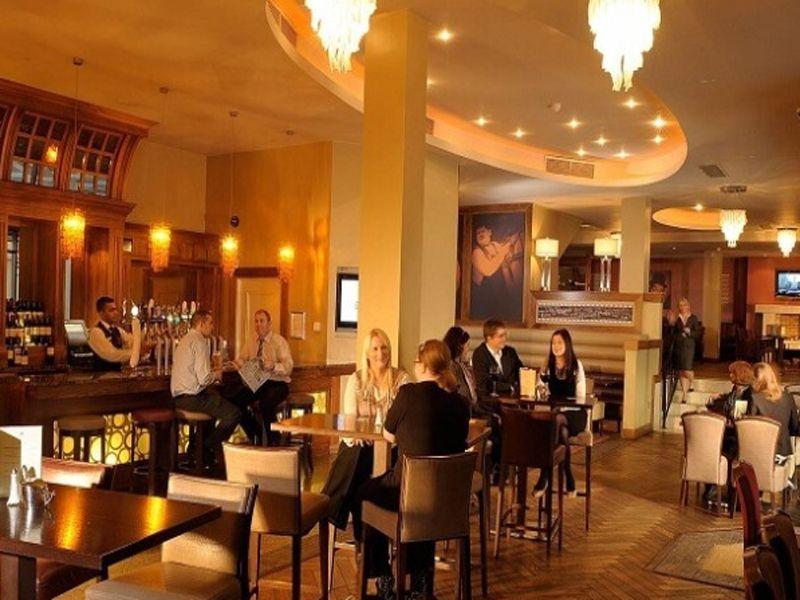 Không gian ăn uống trong nhà hàng phải đảm bảo giữ được khoảng cách nhất định