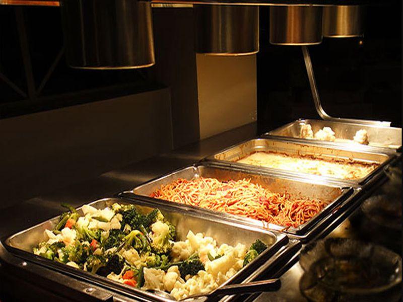 Đặt vị trí đèn hâm nóng thức ăn buffet vừa đủ so với món ăn