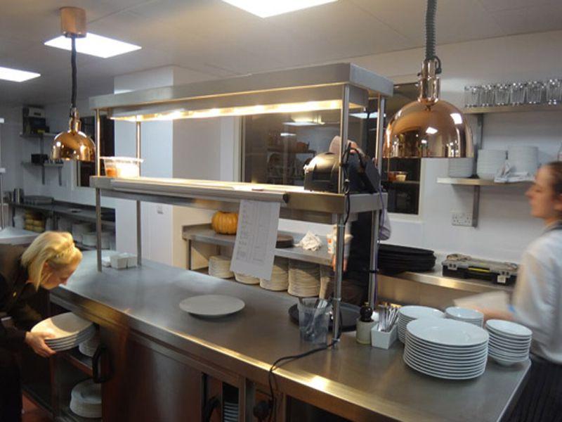 Đèn hâm nóng thức ăn thường được sử dụng trong khu vực bếp