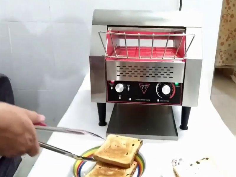 Làm sạch máy nướng bánh mì băng chuyền