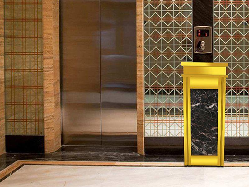 Thùng rác được đặt trước cửa thang máy làm cho không gian sang trọng hơn