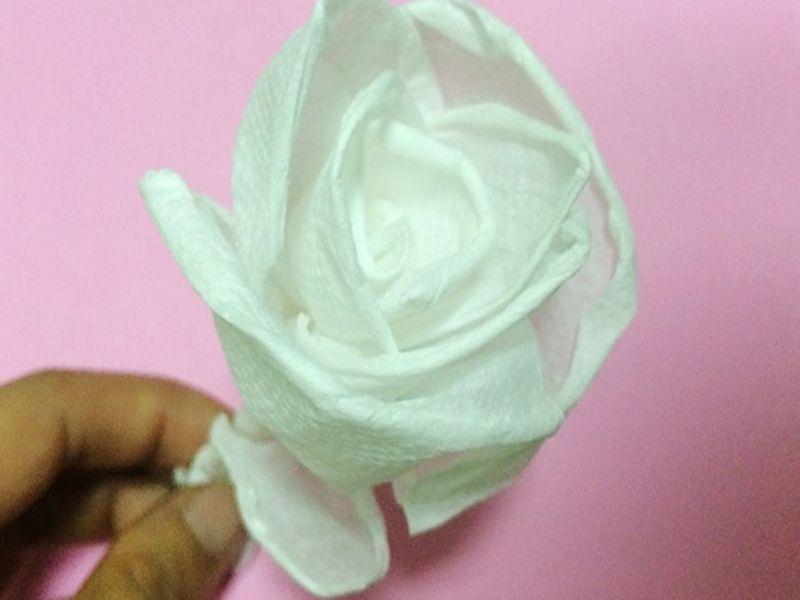 Khăn giấy để chén hình hoa hồng
