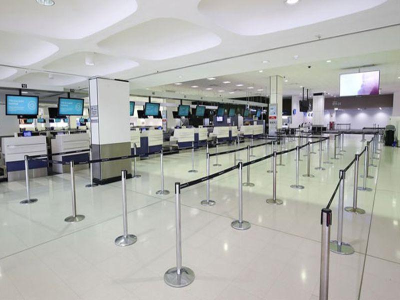 Bạn sẽ dễ dàng bắt gặp cột chắn dây căng tại sân bay, rạp chiếu phim, khách sạn
