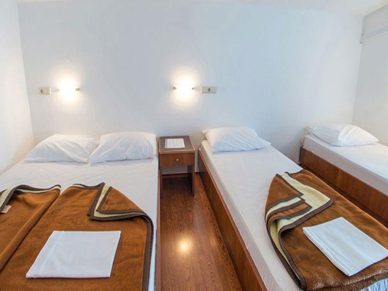 Giường extra bed khách sạn thường được đặt ở ngay bên cạnh giường chính trong phòng