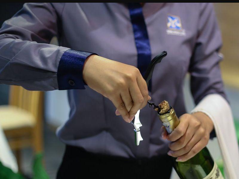Hướng dẫn chi tiết mở nắp chai rượu nút bần