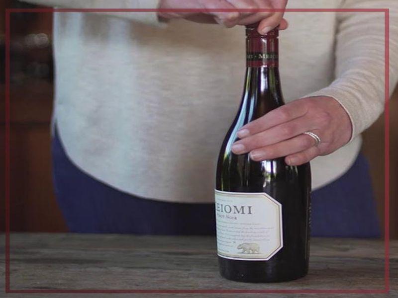 Hướng dẫn chi tiết cách mở rượu bằng nút vặn