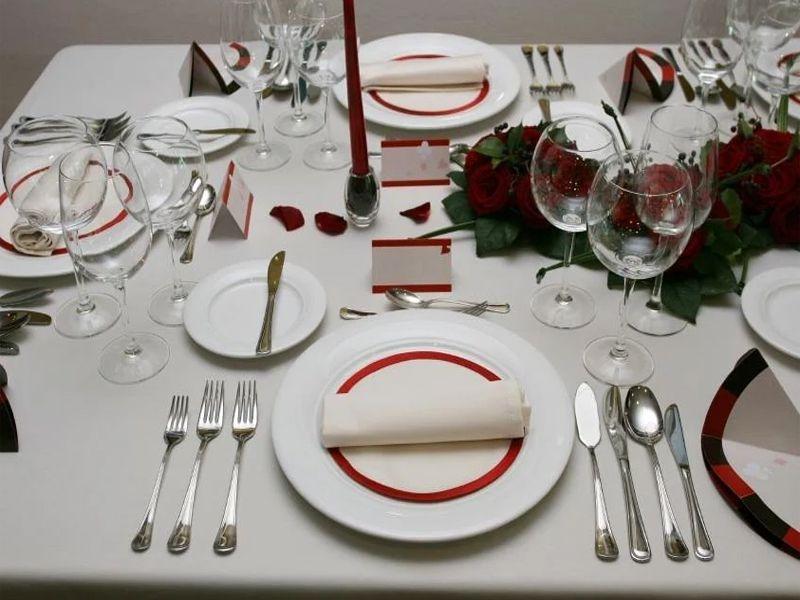 Bộ dao, muỗng, nĩa là dụng cụ quan trọng trong bàn ăn