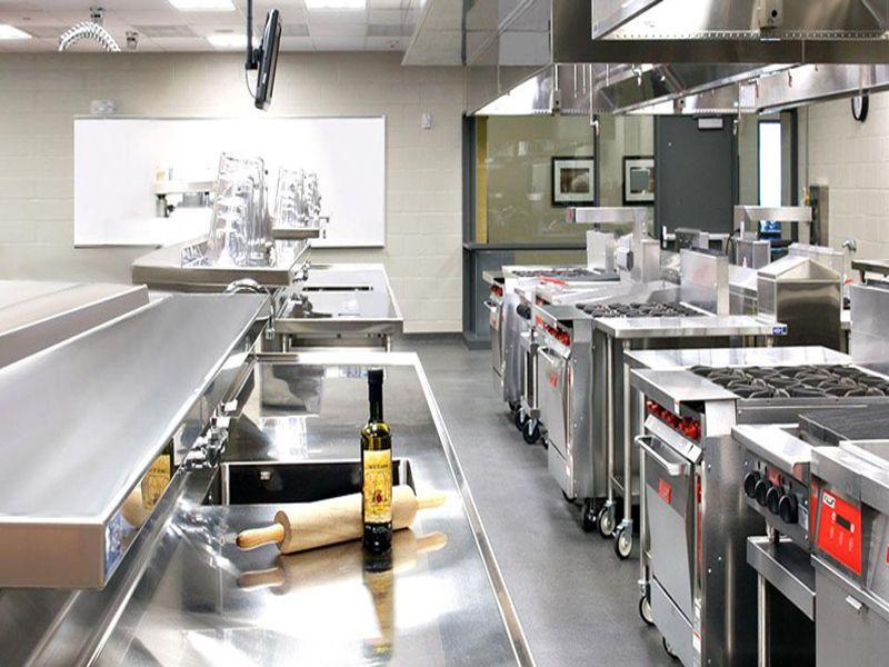 Bàn sơ chế inox một trong những thiết bị không thể thiếu ở những khu bếp nhà hàng, khách sạn