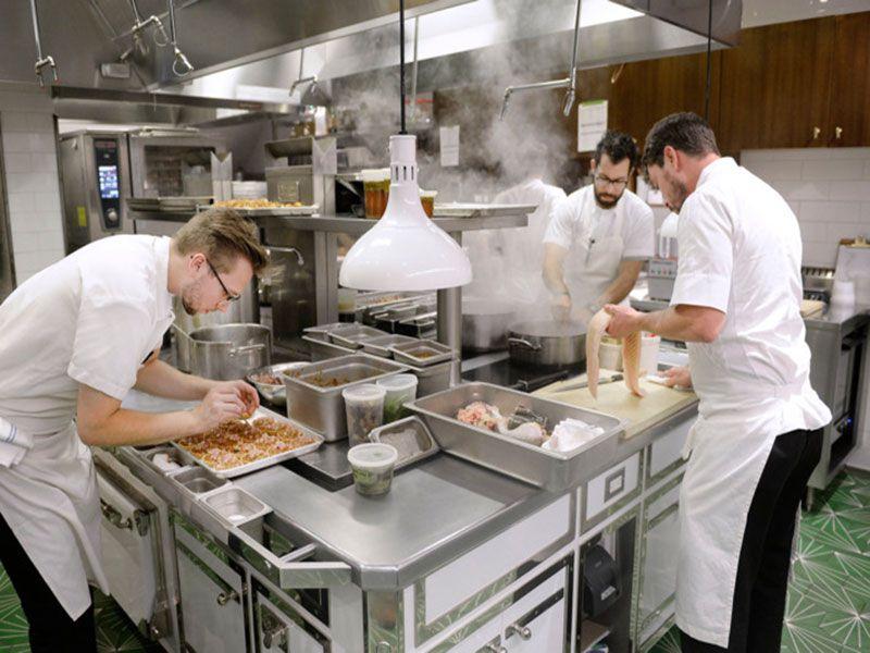 Bàn inox chuẩn bị thức ăn trong nhà hàng