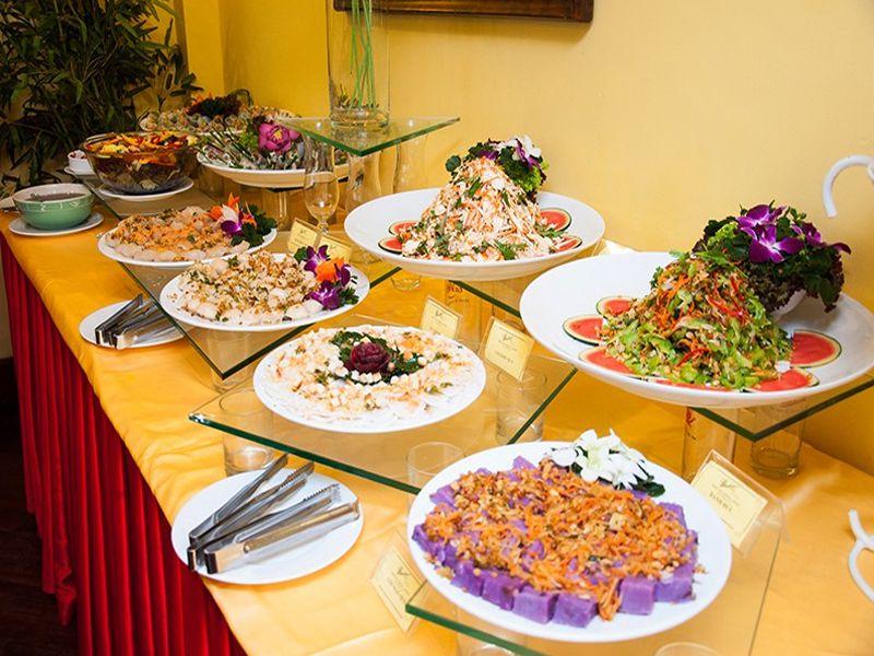 Thiết bị dụng cụ tiệc buffet trên bàn tiệc