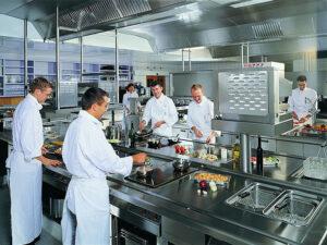 Khu vực chế biến thức ăn trong bếp ăn công nghiệp
