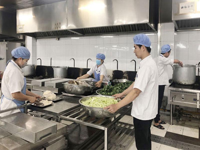 Khu vực sơ chế thức ăn trong bếp công nghiệp