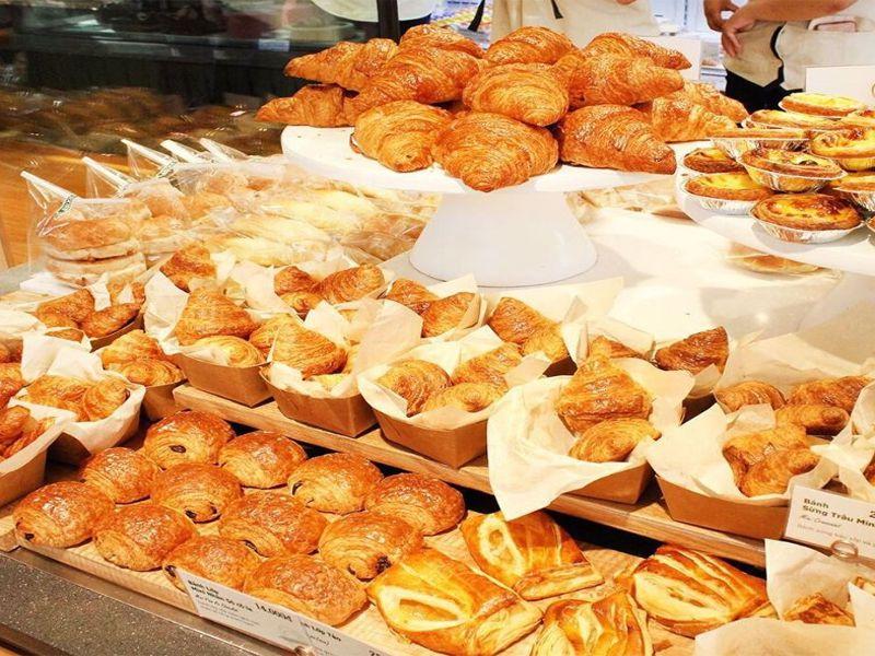 Bánh mì được đặt tài quầy thức ăn riêng