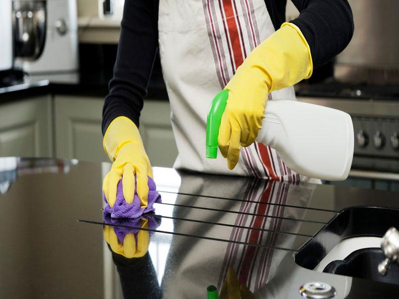 Vệ sinh bếp ăn công nghiệp bằng chất tẩy rửa chuyên dụng