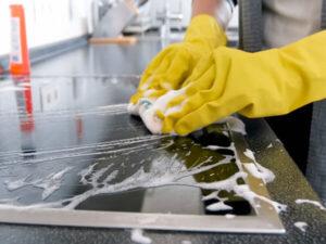Vệ sinh bếp công nghiệp bằng nước rửa chén