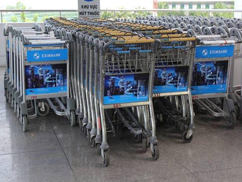 Bạn sẽ dễ dàng bắt gặp những hình ảnh xe đẩy hành lý tại bãi đậu xe, khu làm thủ tục