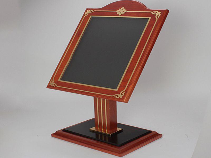 Bảng chỉ dẫn bằng gỗ cũng rất được ưa chuộng vì thiết kế sang trọng và tinh tế