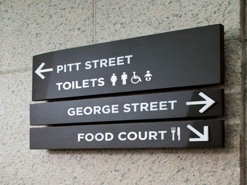 Bảng chỉ dẫn thông tin khách sạn thường đặt ở những vị trí dễ thấy