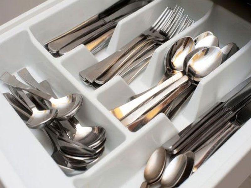 Dao muỗng nĩa được thiết kế với kiểu dáng và màu sắc đơn giản nhưng tinh tế. Kích thước được đo đạc cẩn thận để làm nổi bật không gian bàn ăn.