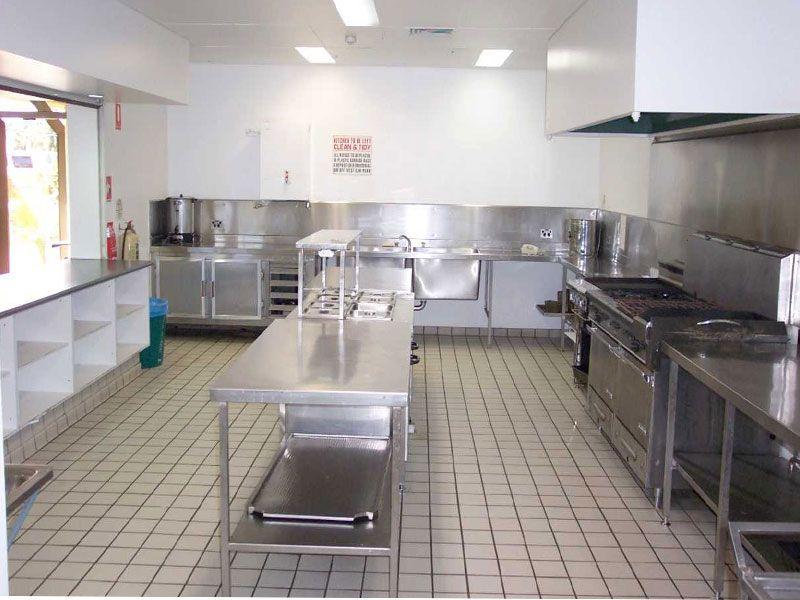 Bàn inox là thiết bị thường được sử dụng trong khu vực bếp ăn
