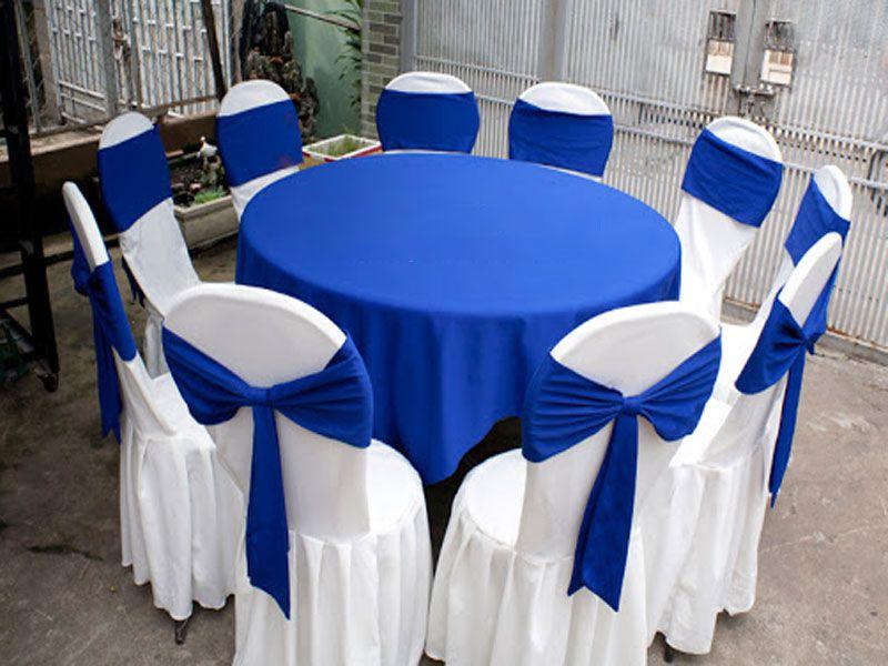 Bàn tròn kết hợp với khăn trải bàn