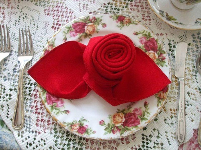 Cách gấp khăn ăn theo phong cách cánh hoa hồng