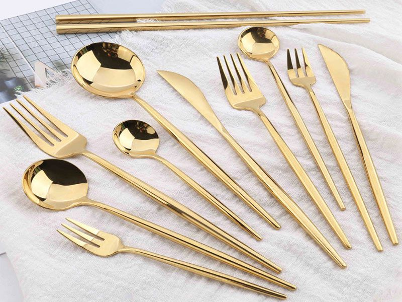 Sở hữu bộ muỗng được làm từ inox vàng càng làm cho bàn ăn thêm sang trọng