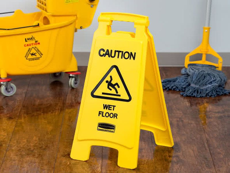 Nhân viên dọn vệ sinh cần treo biển cảnh báo khi vệ sinh và lau sàn
