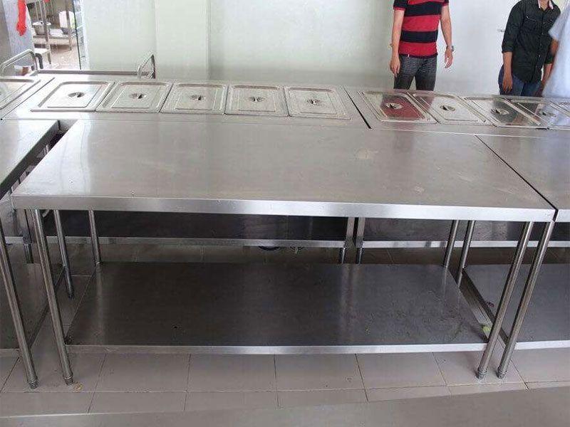 Bàn inox 2 tầng cho quán ăn – Thiết bị bếp công nghiệp không thể thể đối với nhà hàng, quán ăn
