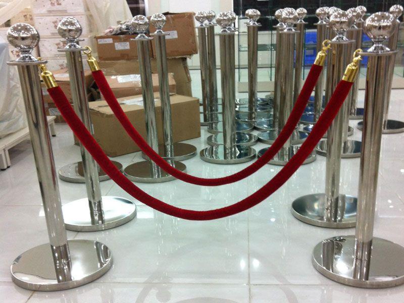 Cột chắn inox được sử dụng nhiều trong nhà hàng, khách sạn, sân bay