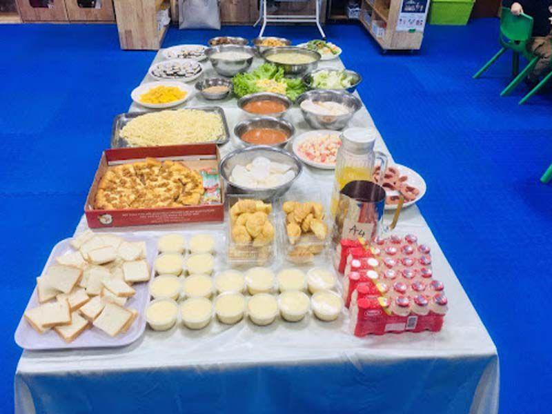Bàn tiệc buffet kết hợp với khăn trải bàn