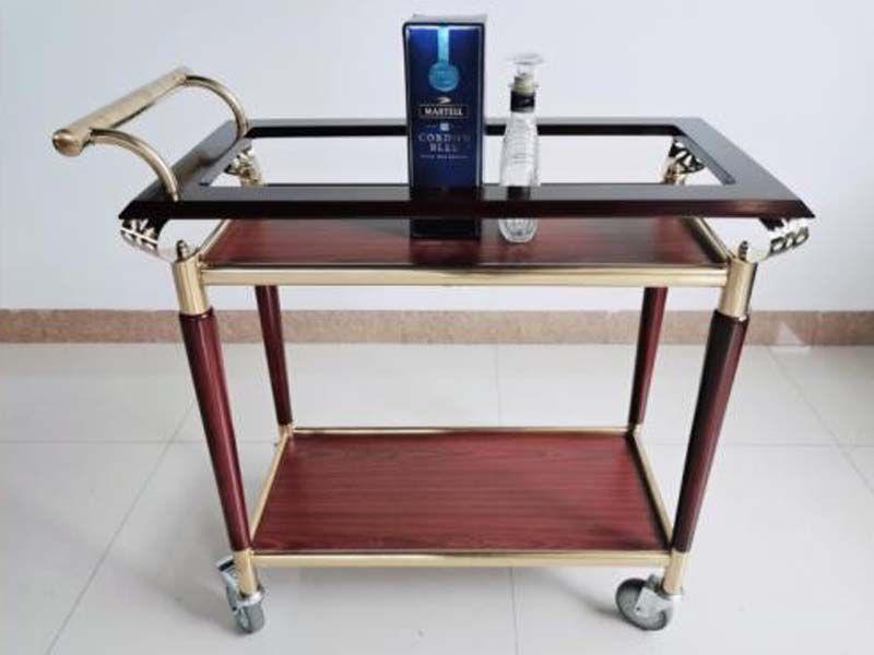 Xe đẩy bằng gỗ rất dễ bị thấm nước, tạo ra những vệt nước bẩn không đẹp mắt và bám mùi ẩm mốc