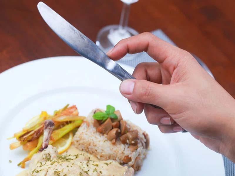 Nhấn và giữ dao bằng tay phải