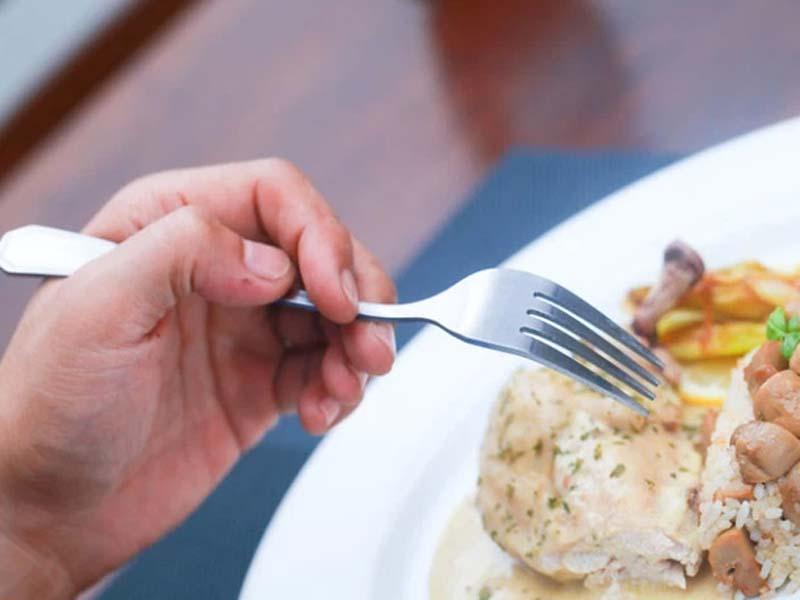 Khi cắt, cầm nĩa bằng tay trái