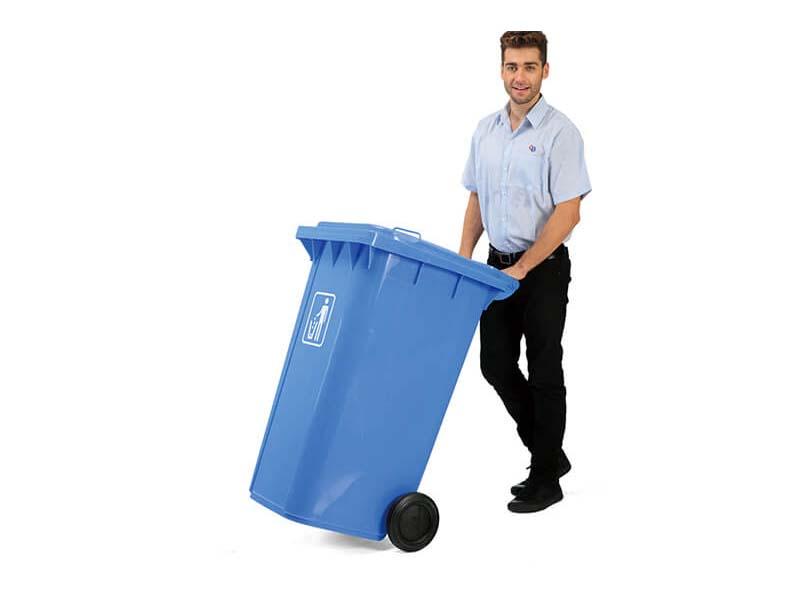 Thùng rác giúp người thu gom rác dễ dàng di chuyển