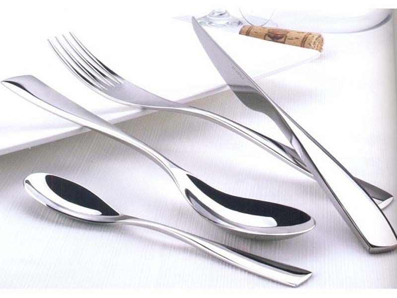 Bộ dao muỗng nĩa inox được thiết kế với kiểu dáng và màu sắc đơn giản nhưng tinh tế, sang trọng.