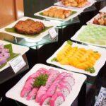 Chuẩn bị thức ăn cho tiệc buffet